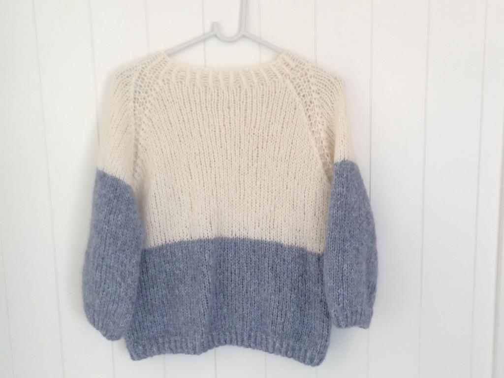 Hvit og blå lett genser