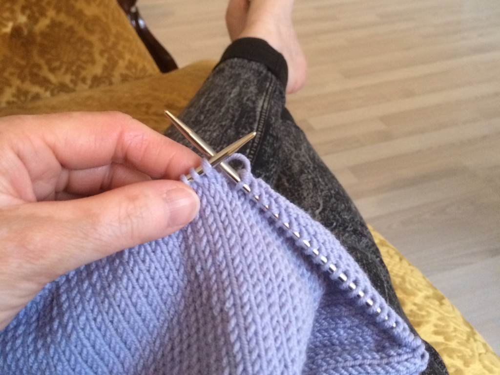 Bilde av strikking av en lilla genser.