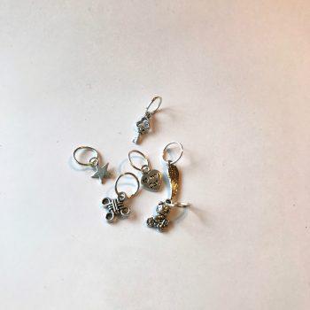 pakke med seks maskemarkører i sølvfarge og ulike figurer