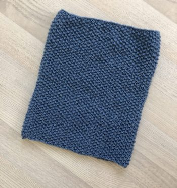 Blå strikkehals i Drops Lima