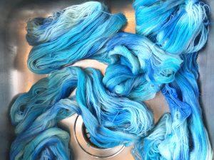 farget garn i blåtoner
